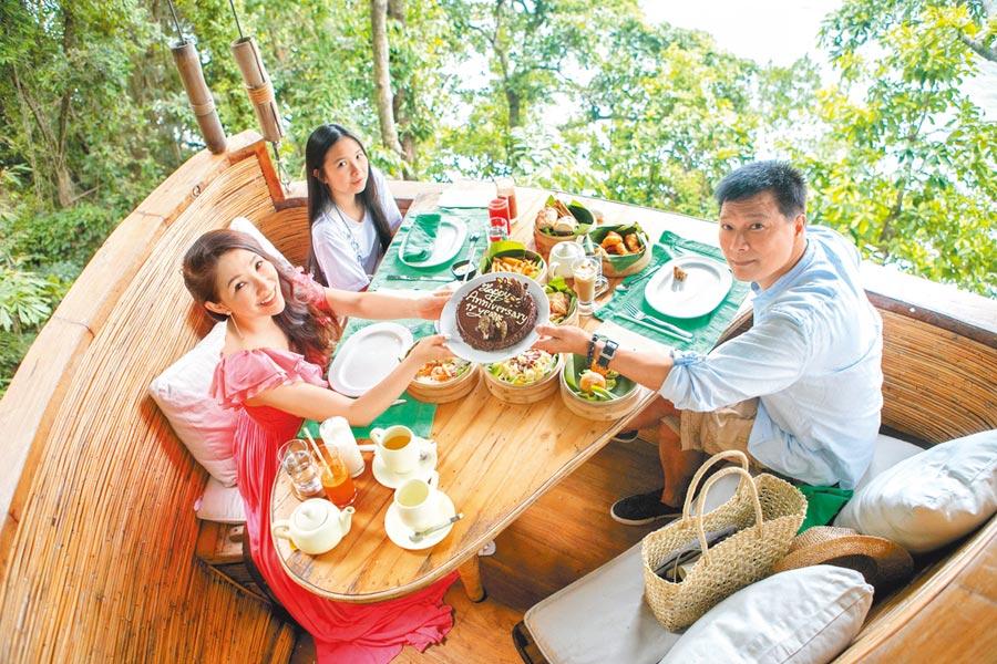 林書煒(左)、蔡詩萍(右)近日與升國三的女兒享受樹屋下午茶。