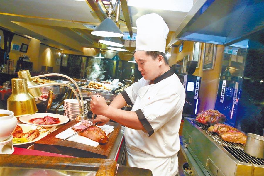 「沾美西餐廳」的Buffet餐檯中,師傅現切美國牛排口感軟嫩迷人,是許多饕客來此必吃的心頭好。(粘耿豪攝)