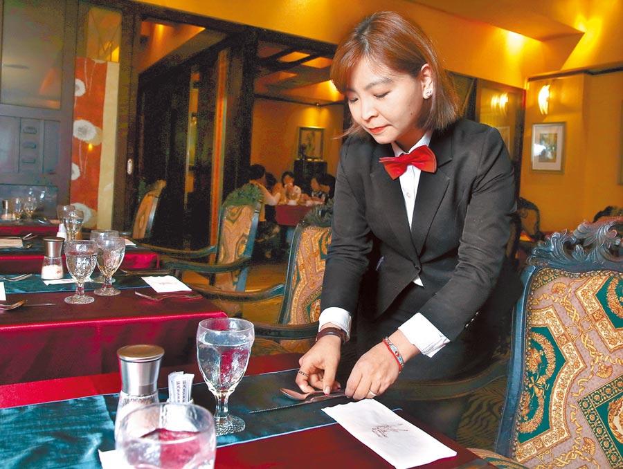 服務人員周到貼心的服務,是除了料理好吃之外,讓沾美西餐廳備受賓客喜愛的原因。(粘耿豪攝)