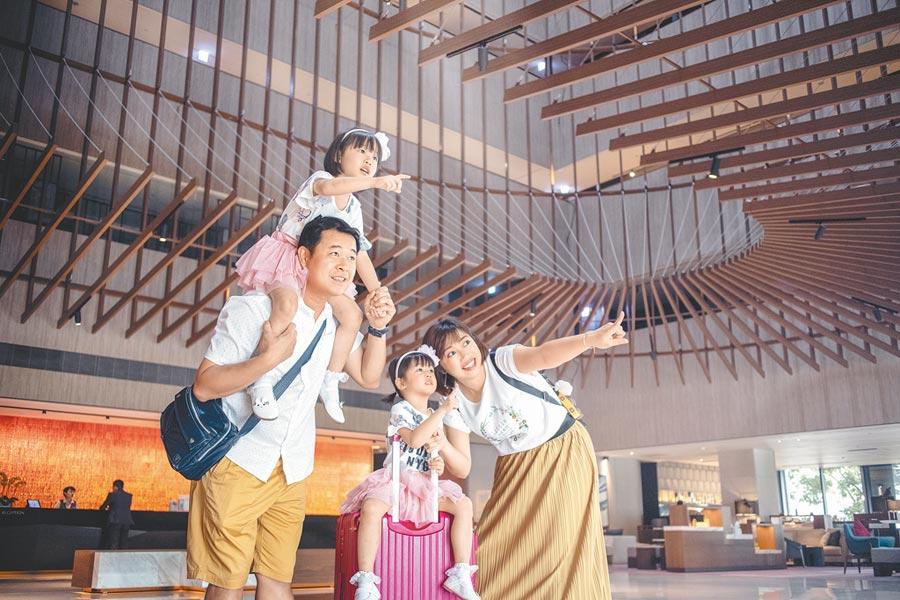 親子同遊,在酒店內享受美食、體驗各種活動,讓暑假假期過得充實快樂。(台南大員皇冠假日酒店提供)