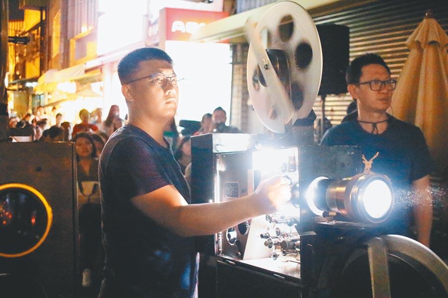 操作體驗35釐米半自動放映機,懷舊中帶有新鮮感。(台南大員皇冠假日酒店提供)