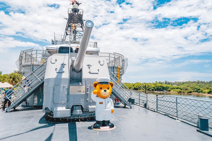 可愛的泰迪熊登上德陽艦,滿足大小朋友的赤子心。(台南大員皇冠假日酒店提供)