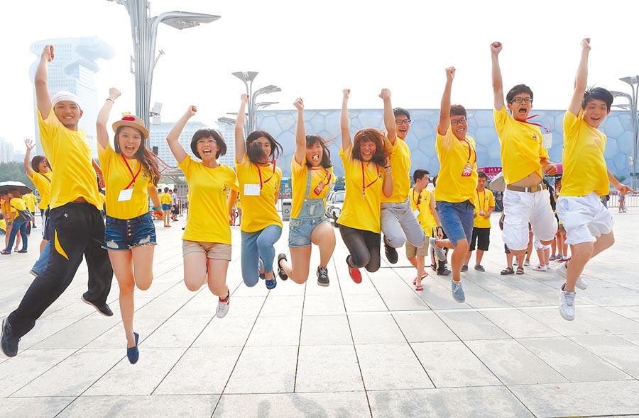 台灣青年參加北京夏令營,參觀大陸國家體育場「鳥巢」和水立方,並合影留念。(中新社資料照片)