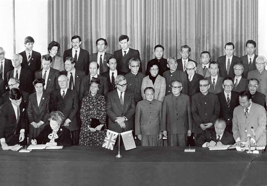 1984年12月19日,《中英聯合聲明》簽字儀式。(中新社)