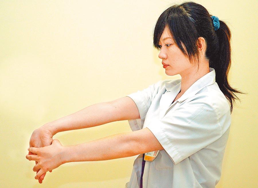 腕關節可以向上伸展,來舒緩「媽媽手」的不舒服。(本報系資料照片)