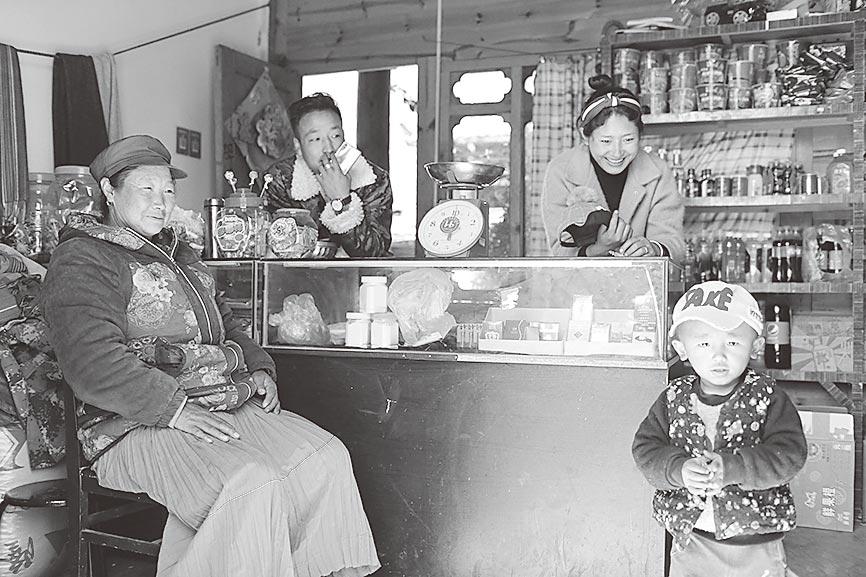 60歲祖母與孩子們一家人在瀘沽湖自家小超市裡。(中新社資料照片)