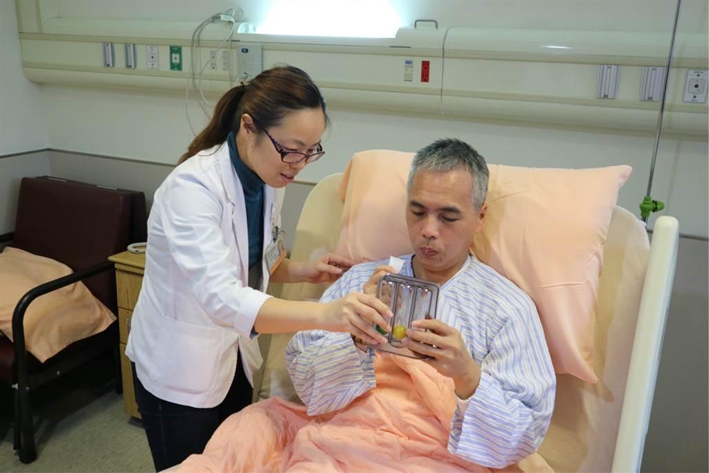 物理治療師教導病人正確使用呼吸訓練器,病人術後可自主訓練,儘快恢復肺功能。(圖/國泰醫院提供)
