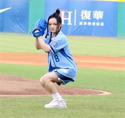 中职》徐佳莹学漫画姿势 深蹲替悍将开出好球