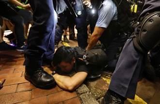 港九龍大遊行晚間旺角彌敦道爆衝突 逾百警持棍驅示威者
