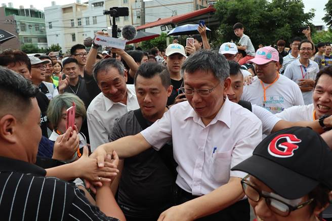 台北市長柯文哲7日下午前往台南市安定區參觀古寶無患子生技公司,近500多名柯粉列隊相迎。(劉秀芬攝)
