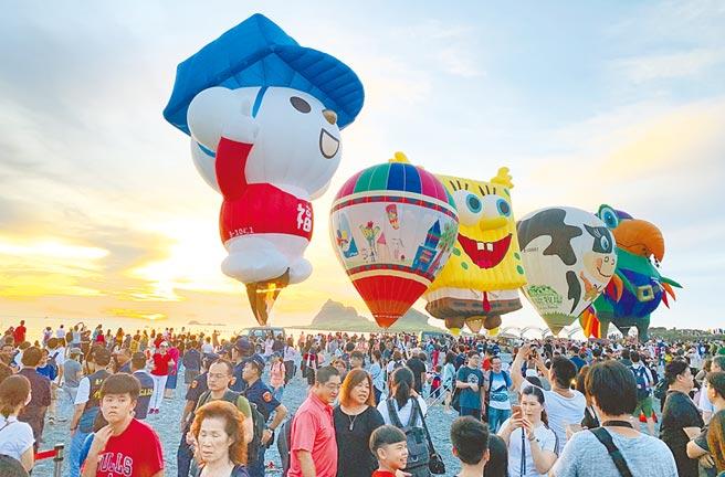 三仙台熱氣球光雕迎日出,吸引2萬5000人參加。(莊哲權攝)