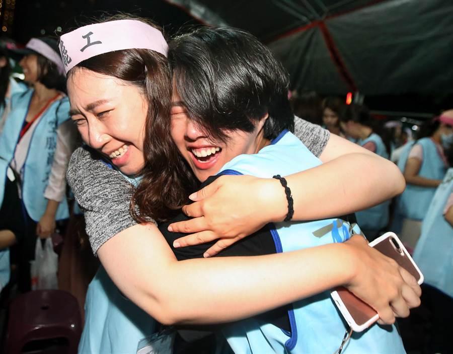 長榮空服員罷工6日落幕,在長榮航空南崁總部前靜坐的空服員興奮地相互擁抱。(范揚光攝)