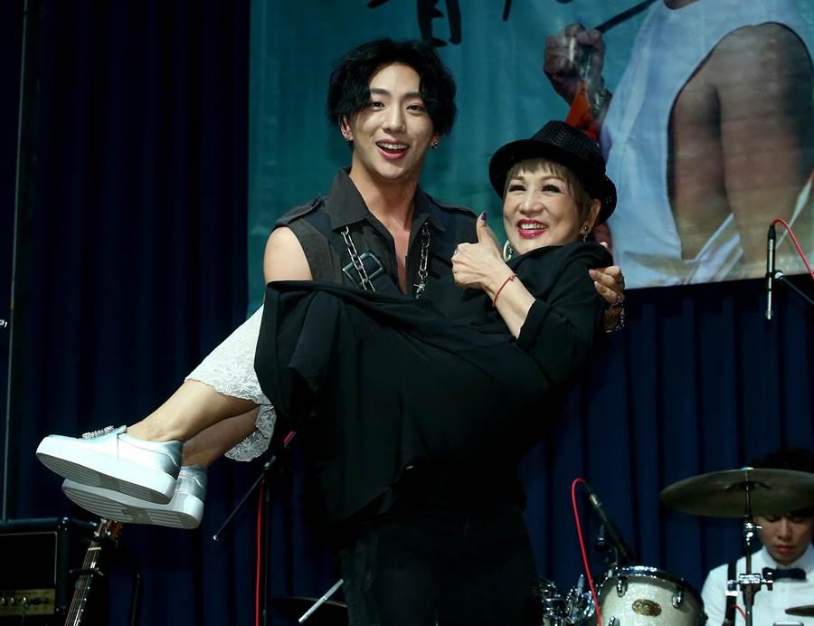明杰公主抱媽媽許仙姬。(圖/CHOCO MEDIA ENTERTAINMENT提供)