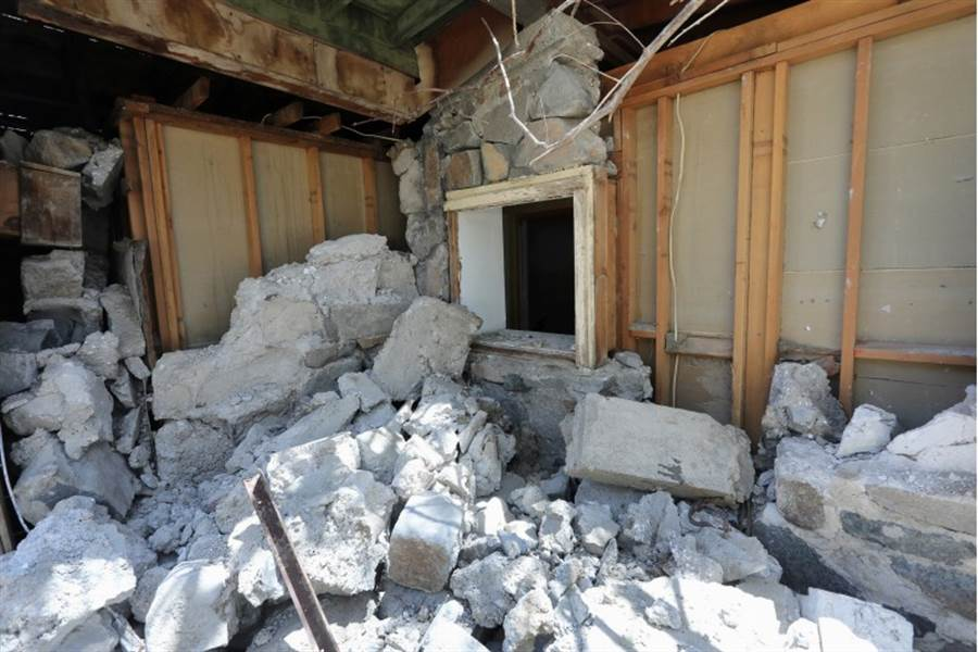美國南加州6日遭規模7.1的強震侵襲,震央特洛納(Trona)附近的民房幾乎被夷為平地。(路透)
