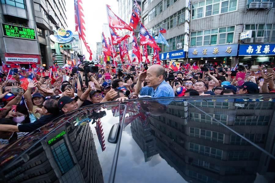 礙於數百名韓粉過度熱情、擠爆六合夜市入口,高雄市長韓國瑜被迫取消逛夜市行程,搭車離開前,特別站上汽車,揮手感謝韓粉支持。(袁庭堯攝)