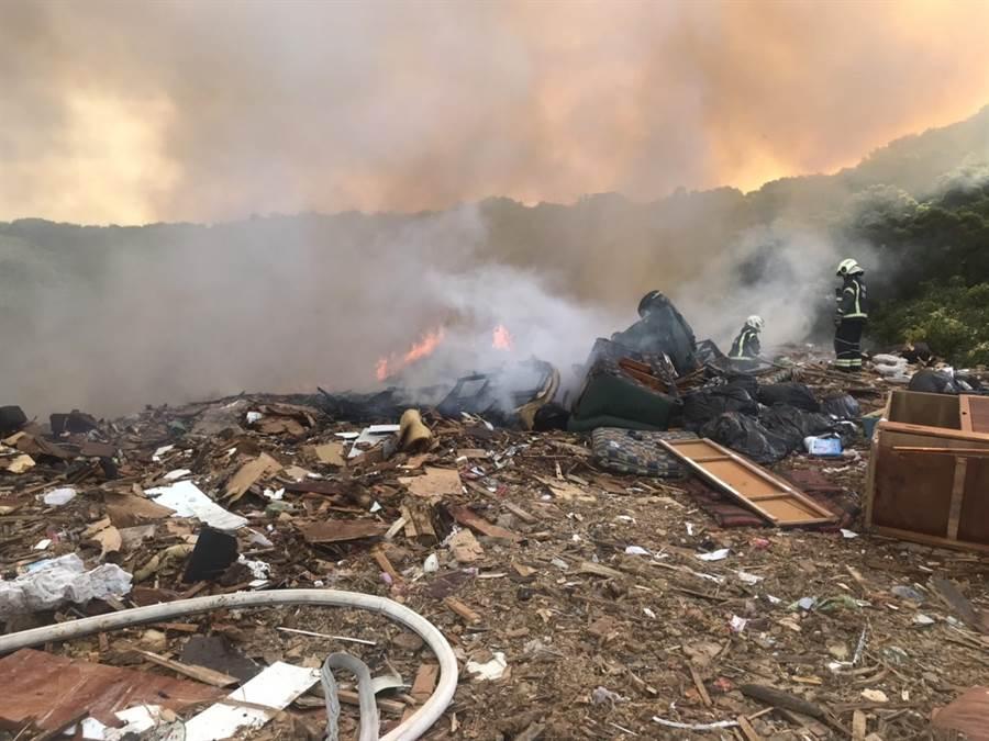 桃園市桃園區虎頭山垃圾掩埋場7日早上發生廢棄物火警。(賴佑維翻攝)