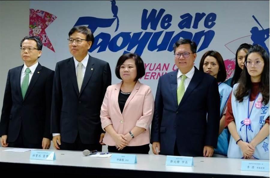長榮勞資雙方在勞動部長許銘春(左4)、桃園市長鄭文燦(右4)陪同下,宣布罷工落幕。(資料照,呂筱蟬攝)