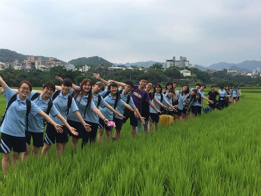 新竹高商學生走讀竹塹(關西)。(教育部提供)