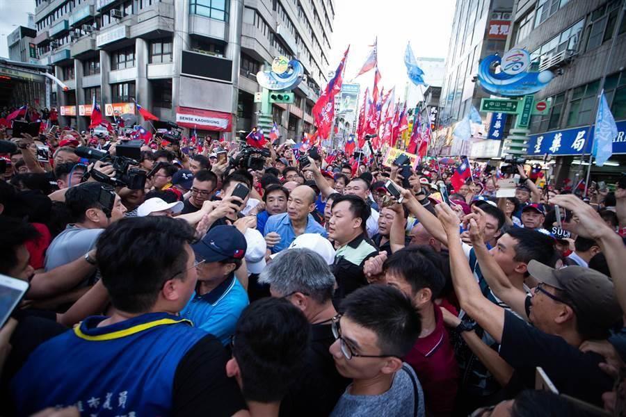 被數百名熱情韓粉包圍、寸步難行,高雄市長韓國瑜原訂逛六合夜市的計畫被迫取消,向大家致意後,轉身搭車離去。(袁庭堯攝)