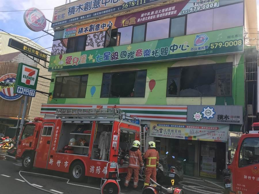 新竹市關東路上1間集1樓7-11超商、2樓托嬰中心、3樓補習班的3層樓透天厝,7日上午9點突然傳出火警,幸無人傷亡。(陳育賢翻攝)