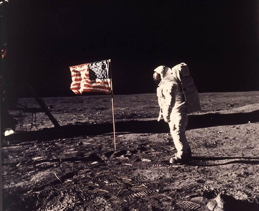 人類首度登陸月球即將於7月20日屆滿50周年,圖為當時一名阿波羅11號太空人在月球上與美國國旗合影。(圖美聯社、NASA)