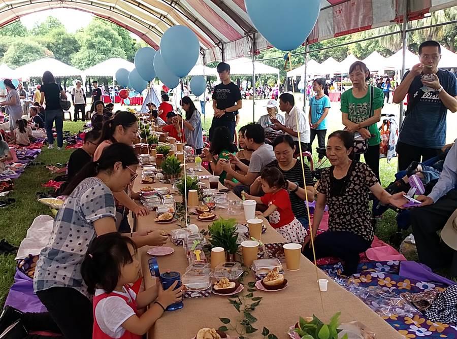 雲林縣古坑鄉竹筍節音樂野餐會,吸引許多外縣市遊客遠道來參加。(許素惠攝)