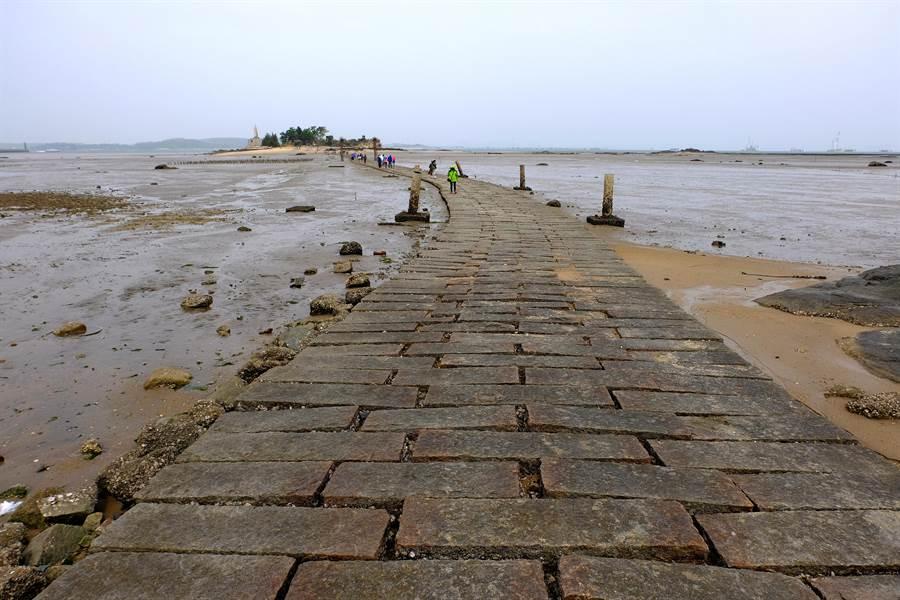 建功嶼是距離金門本島最近的離島,退潮時可循舖排於海上,長約500公尺的石板步道往來。(李金生攝)