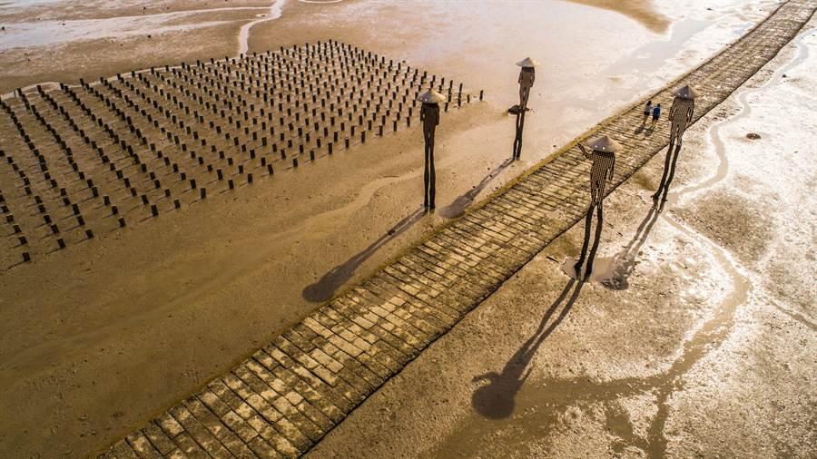 建功嶼的海上「牡蠣人」鳥瞰圖,左方即為豎立花崗石樁的蚵田。(縣府觀光處提供)