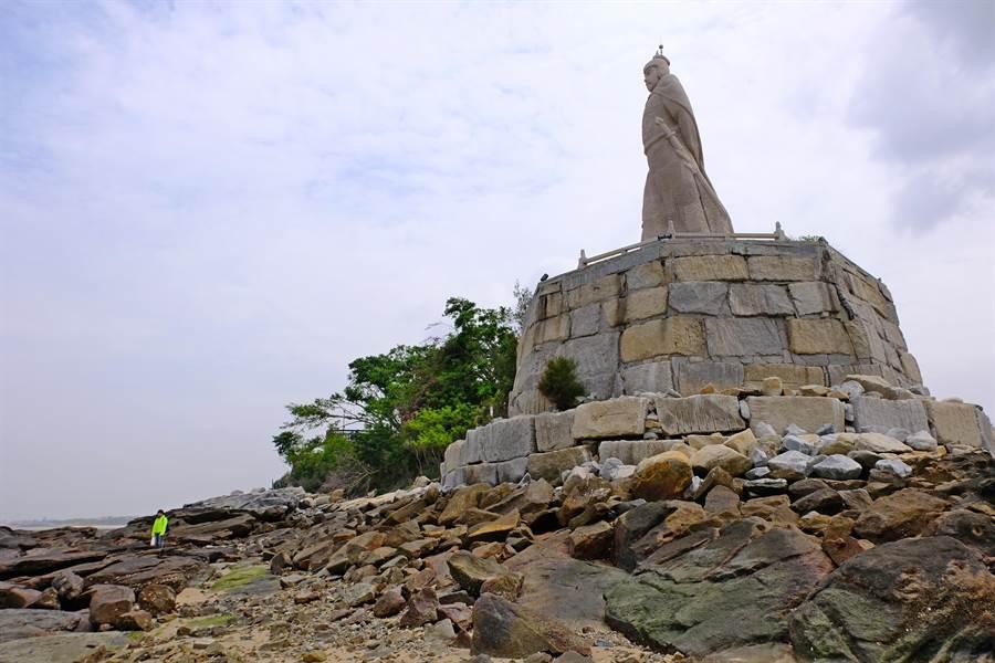 建功嶼旁還有一尊高9公尺,由「泉州白」優質花崗石雕塑而成的鄭成功塑像。(李金生攝)