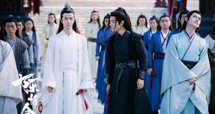 肖戰(中右)與王一博(中左)在《陳情令》個性反差萌。(WeTV提供)
