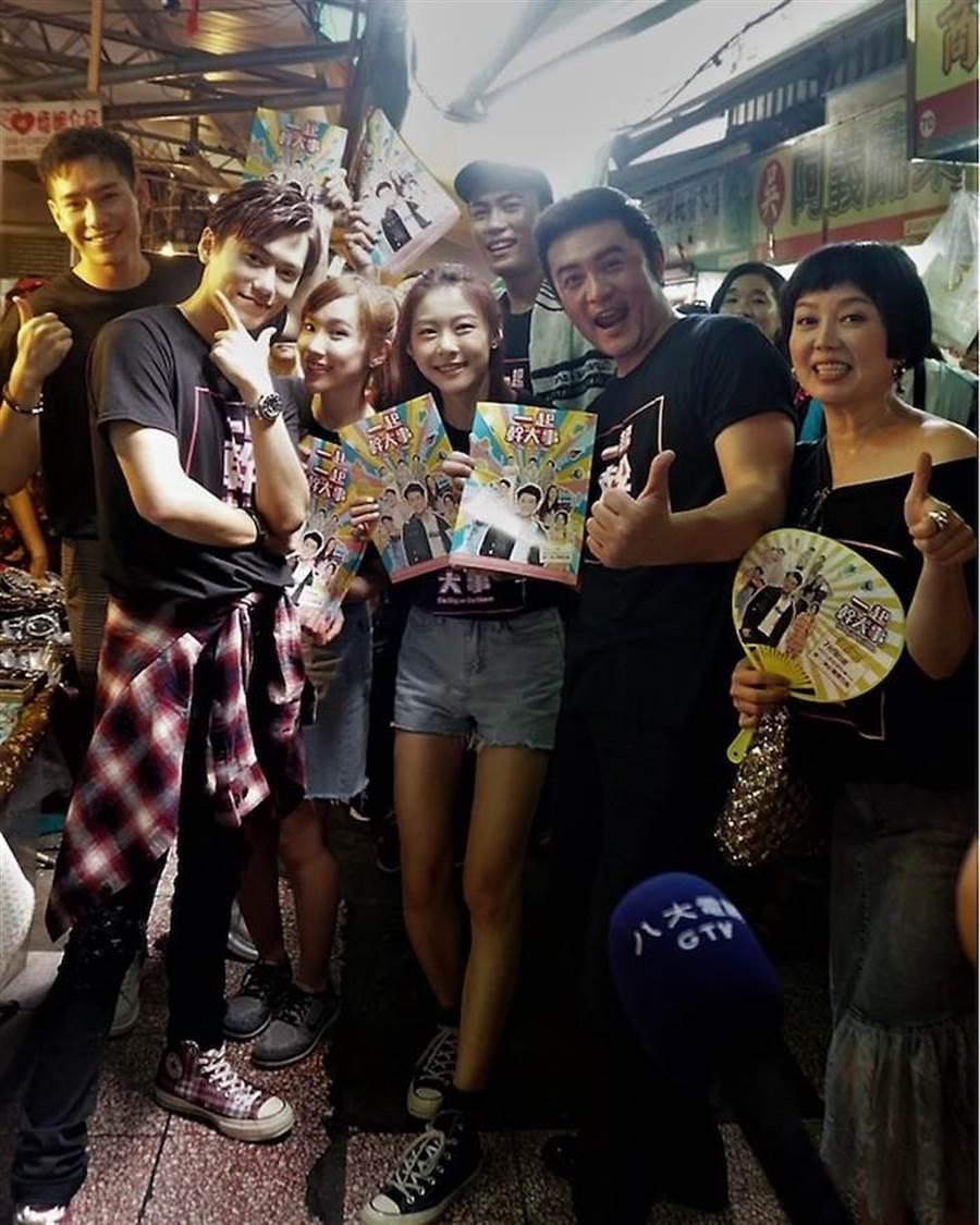 台南水仙宮市場掃街,(左起) 楊騰、邱宇辰、許巧薇、賴雅琪、邱九儒、李㼈、苗可麗。