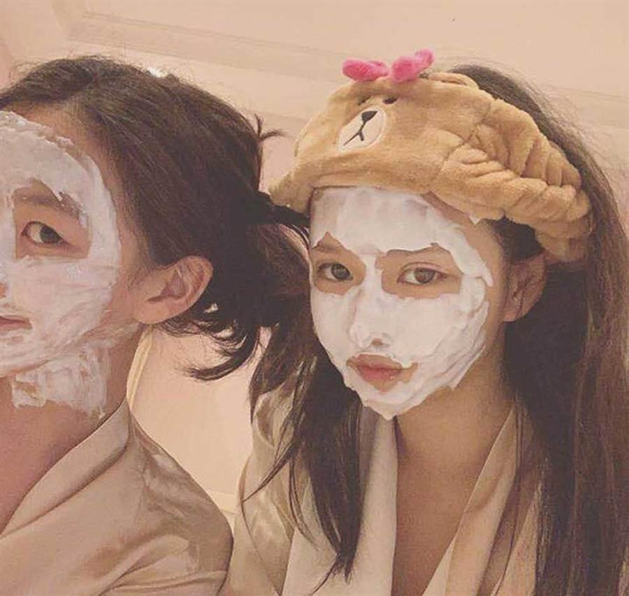 李嫣跟富二代閨密享受卸妝,笑稱兩人同框是「靚女重逢」。(翻攝自instagram)