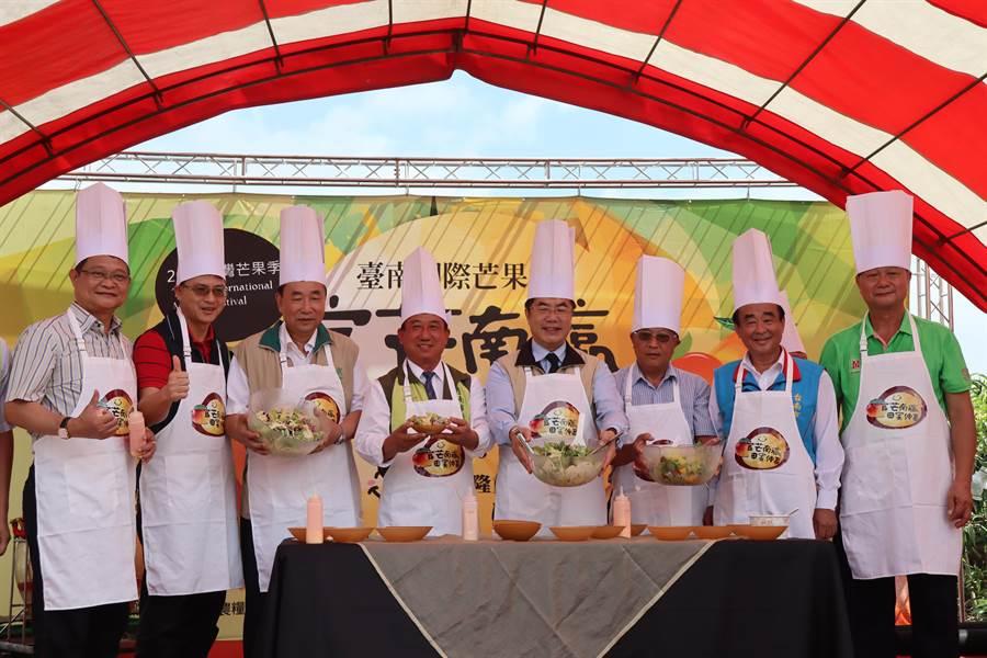 台南市官田区农会7日在渡头芒果集货市场举办「官芒南瀛、田蜜仲夏」芒果节活动。(刘秀芬摄)
