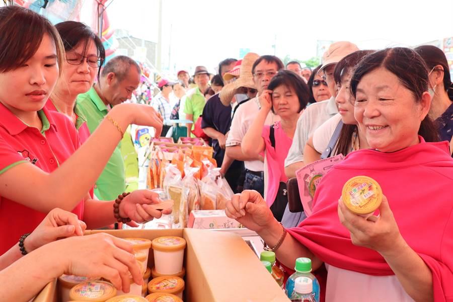 民眾大排长龙抢购10元铜板价的芒果冰淇淋。(刘秀芬摄)