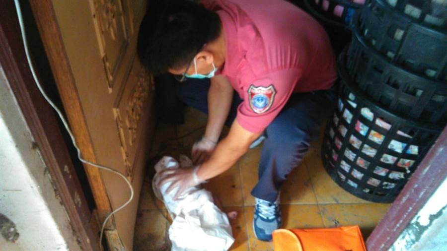 屏東高樹鄉沿山公路一處鳳梨田工寮內,6日清晨有人發現一名被遺棄的女嬰,消防員獲報案後前往救援。(潘建志翻攝)