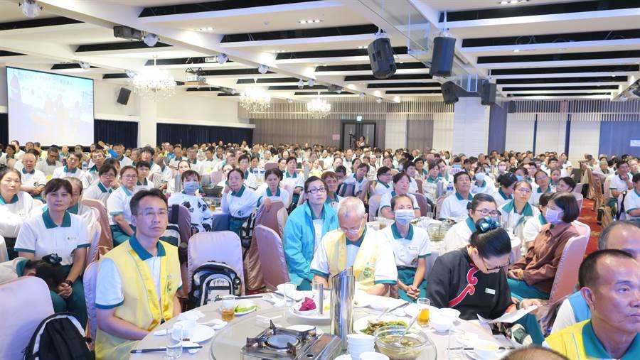 正德慈善基金會全國志工大會今天在彰化花壇全國麗園大飯店舉行,現場約有1500名志工參加。(謝瓊雲攝)