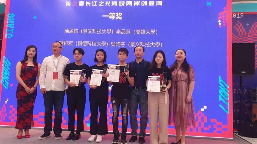 武漢長江之光海報創新設計賽,台灣學生包下賽事4個一等獎。(洪肇君攝)