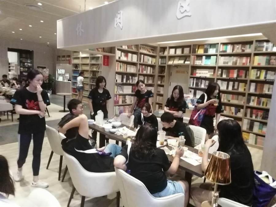 台資企業群光廣場的書局裡還有餐飲部,學生們參加完頒獎典禮就坐擁書香用餐。(洪肇君)