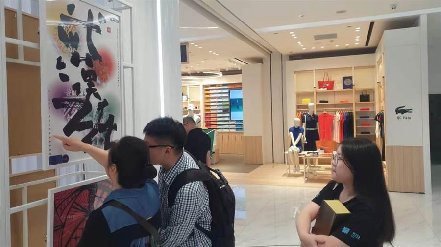 武漢市長江之光兩岸大學生海報創新設計大賽,已成為兩岸青年合作重要品牌,吸引不少人參觀。(洪肇君攝)