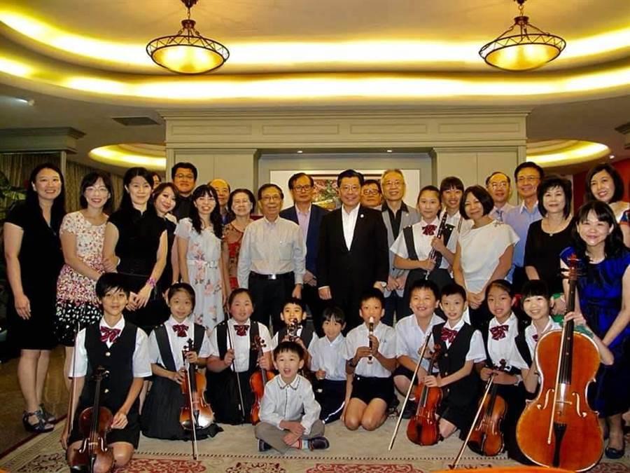 永福國小音樂班學童造訪新加坡,演奏台灣民謠撫慰僑胞。(永福國小提供)