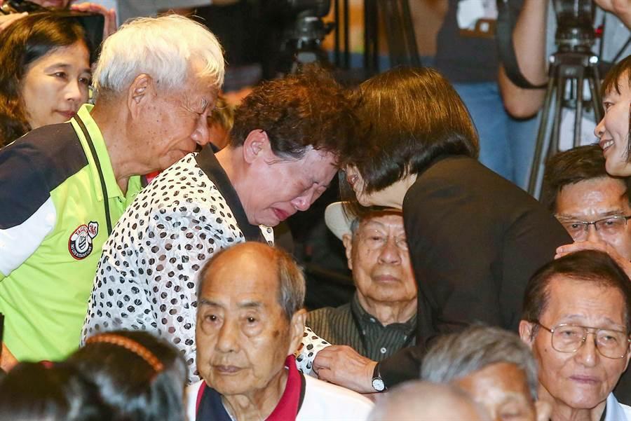 蔡英文總統(右2)7日出席「平復司法不法之第三、 四波有罪判決撤銷公告儀式」,一位受難者家屬靠在她懷裡痛哭不已。(鄧博仁攝)