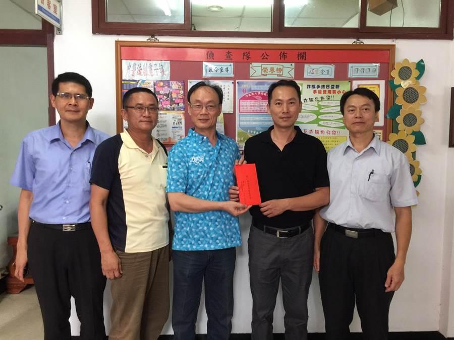 豐原分局長黃永志(左三)代表警友辦事處頒發4萬元破案獎金。(警方提供)