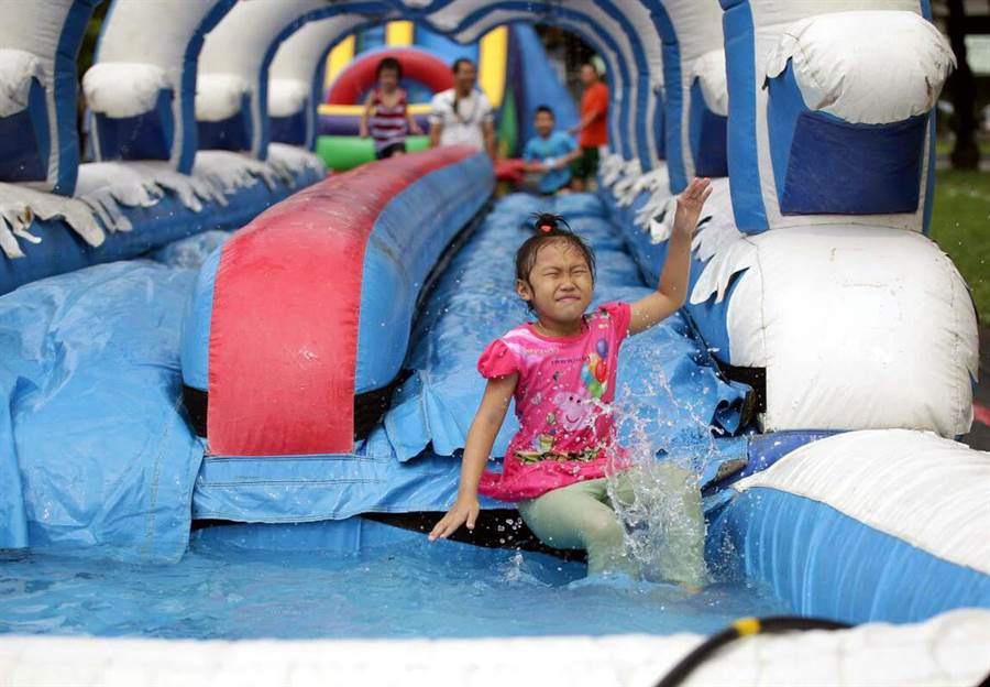 屏東兒童狂歡節活動6日開幕,藝術館變身為兒童樂園,包括跳跳屋、滑水道以及YOYO家族帶動唱,讓現場小朋友樂開懷。(潘建志攝)