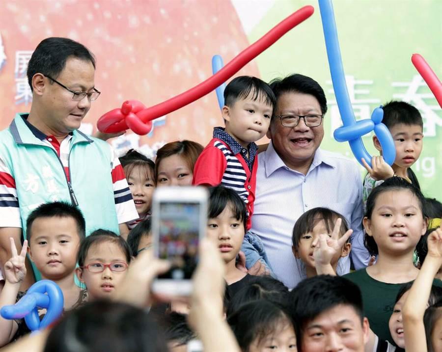 屏東兒童狂歡節活動6日開幕,藝術館變身為兒童樂園,縣長潘孟安(抱小孩者)也一同參加開幕嘉年華。(潘建志攝)