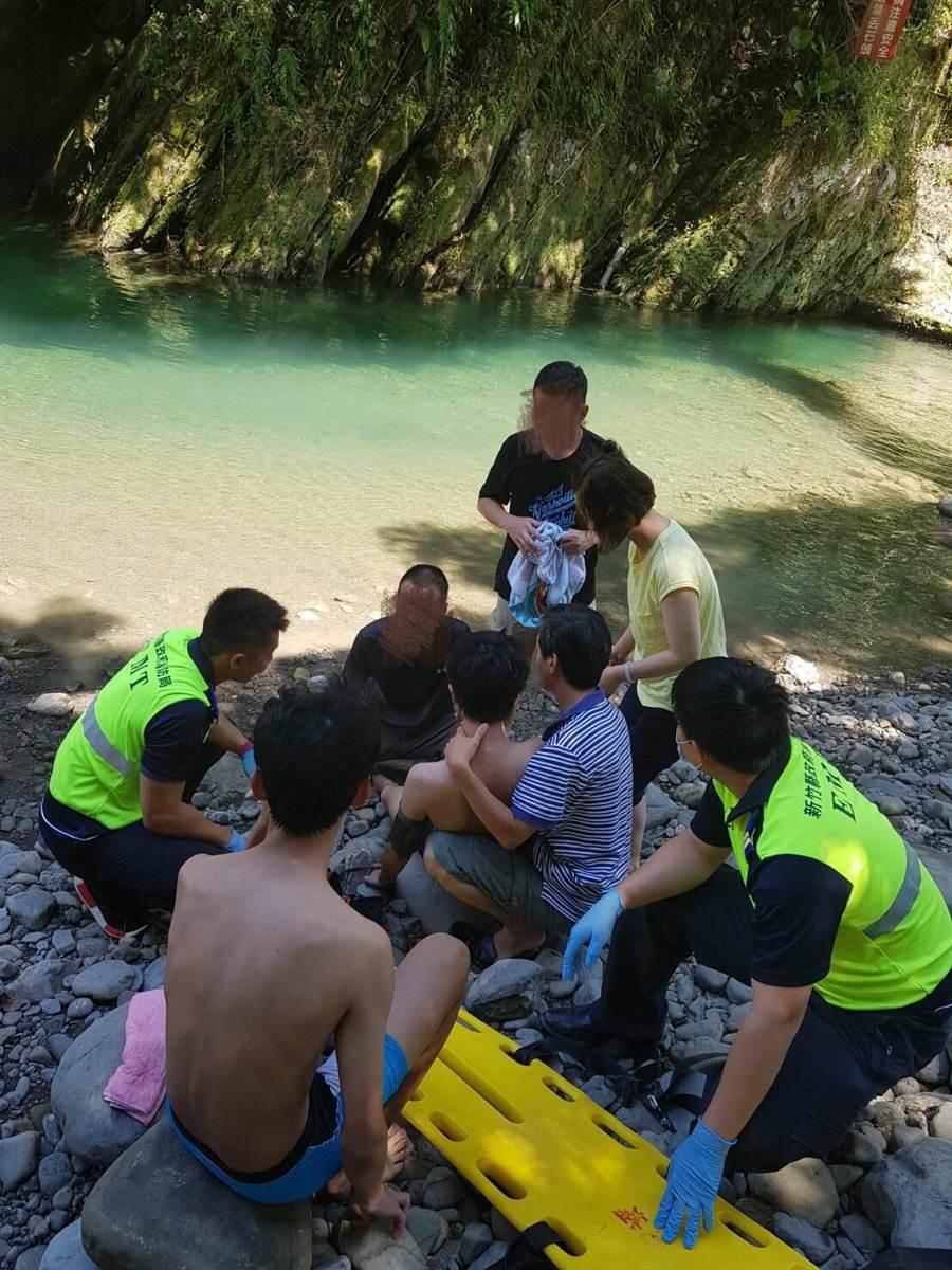北埔鄉7日上午發生一起溺水意外,幸好在現場民眾、親友及救護人員合力之下,未釀成悲劇。(莊旻靜翻攝)