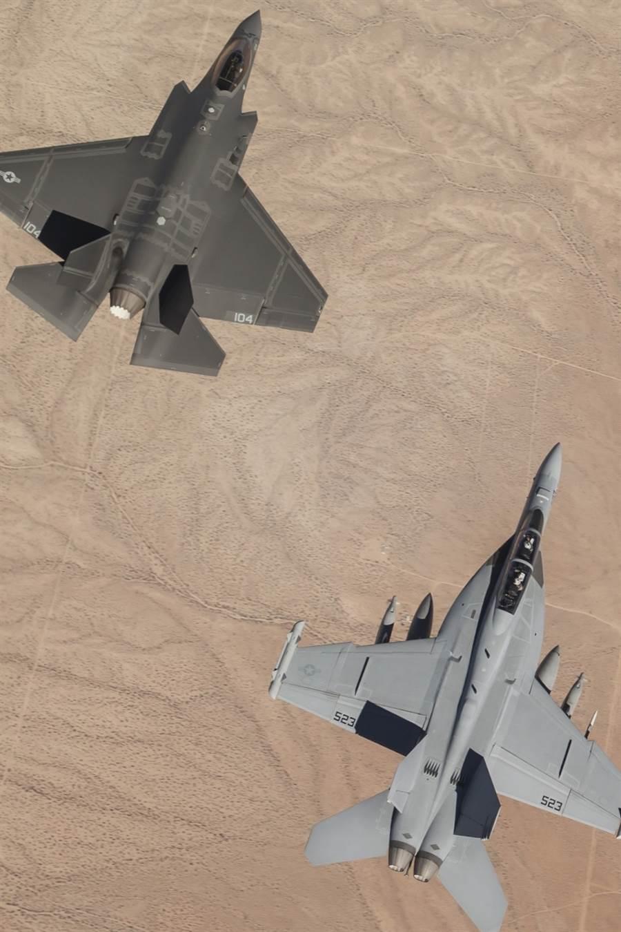 在莫哈韋沙漠測試飛行的F/A-18E與F-35C。(圖/美國海軍)