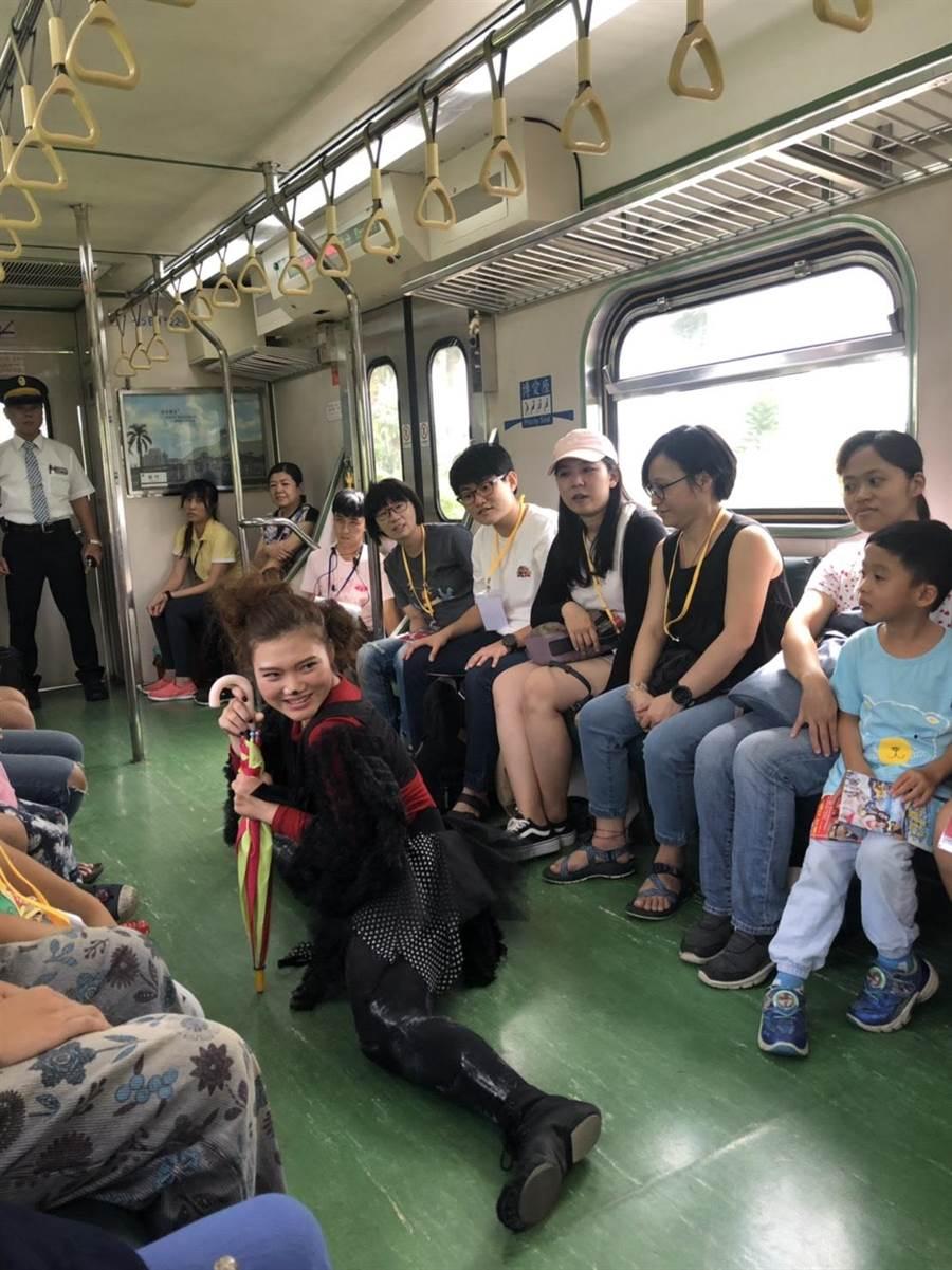 雲嘉嘉南4縣市「夏至藝術節」移動劇場在電聯車上演出,親子共享藝術饗宴。(許素惠攝)