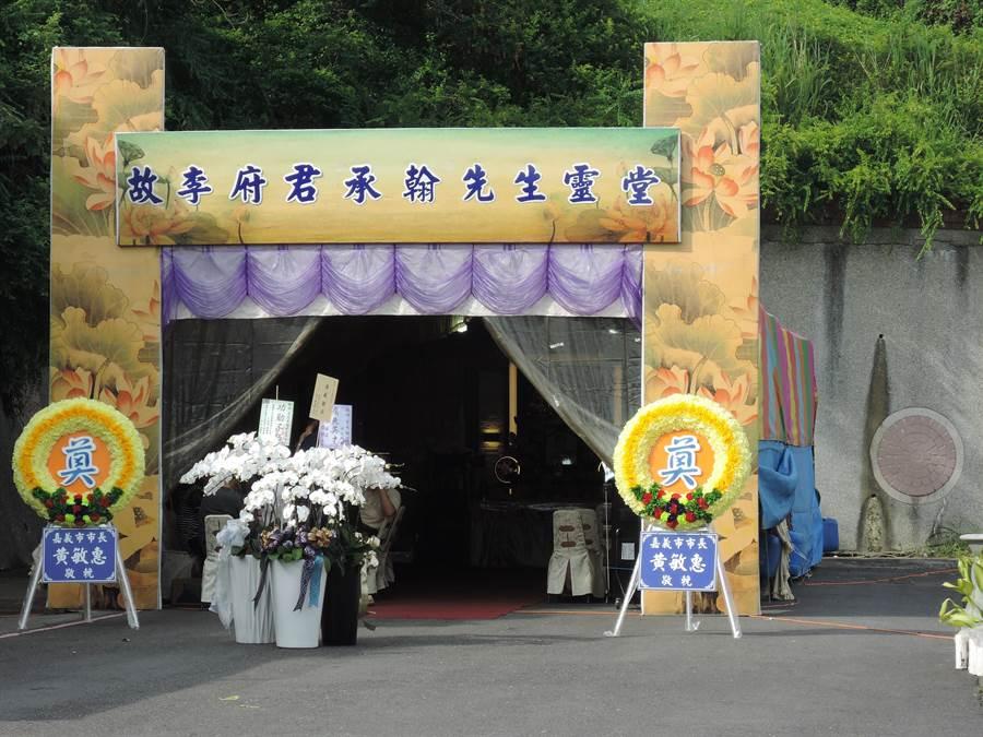 嘉義市立殯儀館昨日在停車場旁搭建大型靈堂供民眾弔唁勇警李承翰。(張亦惠攝)