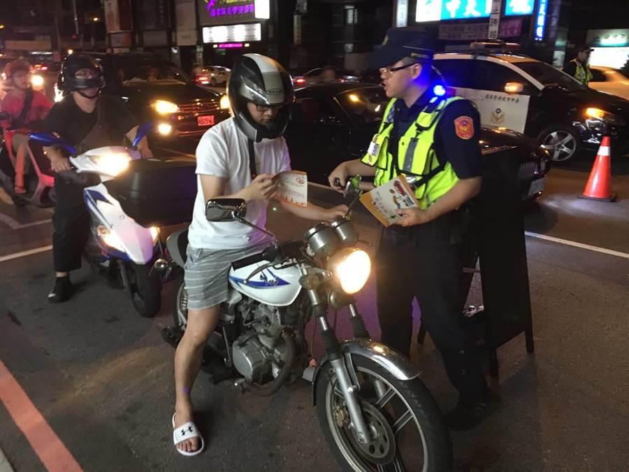 台中市警方攔查印尼籍移工蘇姓男子,騎電動車自行車且全身酒味,員警欲進行酒測,但蘇擔心在台灣酒駕恐遭其解聘後出境,最後警開罰2400元拒測罰單。(張妍溱翻攝)