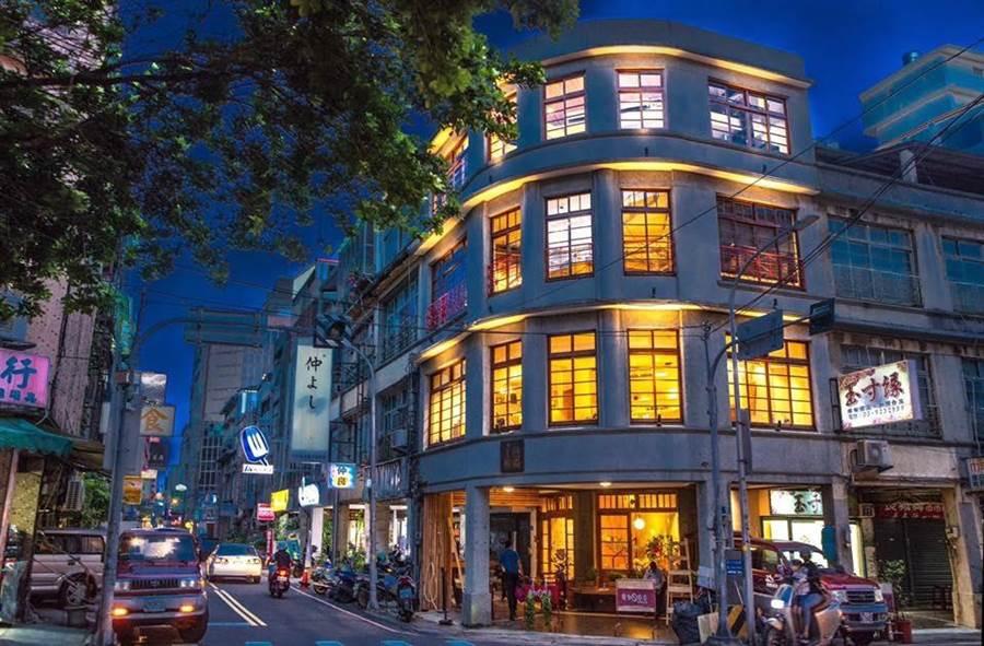 「或者工藝櫥窗」活化63歲老建物,進駐舊城區的中央大同交接路口,夜晚點燈後閃閃發亮,看起來有如鑲嵌在舊城區中1顆最耀眼的寶石。(或者工藝提供)